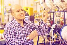 Ώριμος αρσενικός πελάτης που αγοράζει το εξωτερικό καλώδιο Στοκ φωτογραφία με δικαίωμα ελεύθερης χρήσης