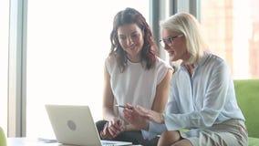 Ώριμος εκτελεστικός σύμβουλος που διδάσκει το νέο εργαζόμενο οικότροφων θηλυκών με τον υπολογιστή απόθεμα βίντεο