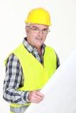 Ώριμος επιστάτης που ελέγχει τα σχέδια. Στοκ φωτογραφίες με δικαίωμα ελεύθερης χρήσης
