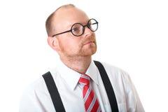 Ώριμος επιχειρηματίας, άσπρο πουκάμισο, κόκκινος δεσμός και specs στοκ εικόνες