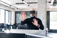 Ώριμος επιχειρηματίας με τα προστατευτικά δίοπτρα VD στο γραφείο Στοκ φωτογραφία με δικαίωμα ελεύθερης χρήσης