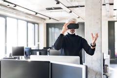 Ώριμος επιχειρηματίας με την ταμπλέτα στο γραφείο Στοκ Εικόνες