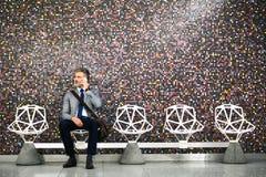 Ώριμος επιχειρηματίας με το smartphone σε έναν σταθμό μετρό Στοκ Φωτογραφίες