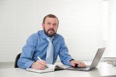 Ώριμος επιχειρηματίας που εργάζεται στο lap-top του Στοκ φωτογραφία με δικαίωμα ελεύθερης χρήσης