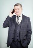 Ώριμος επιχειρηματίας που κάνει ένα τηλεφώνημα με Smartphone Στοκ Φωτογραφία