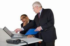 Ώριμος επιχειρηματίας που καθοδηγείται από τον προϊστάμενό του στοκ εικόνα με δικαίωμα ελεύθερης χρήσης