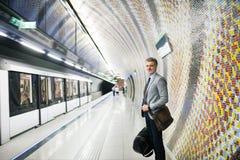 Ώριμος επιχειρηματίας που περιμένει σε έναν σταθμό μετρό Στοκ εικόνα με δικαίωμα ελεύθερης χρήσης