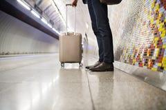 Ώριμος επιχειρηματίας που περιμένει σε έναν σταθμό μετρό Στοκ φωτογραφία με δικαίωμα ελεύθερης χρήσης