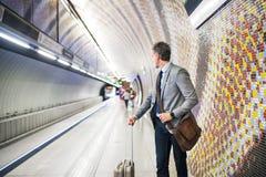 Ώριμος επιχειρηματίας που περιμένει σε έναν σταθμό μετρό Στοκ Εικόνες