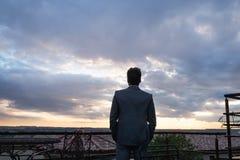 Ώριμος επιχειρηματίας που στέκεται σε ένα μπαλκόνι ξενοδοχείων Στοκ Εικόνα