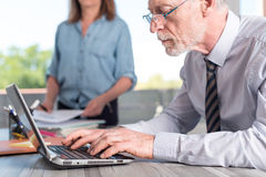 Ώριμος επιχειρηματίας που χρησιμοποιεί ένα lap-top Στοκ Εικόνες