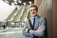 Ώριμος επιχειρηματίας σε έναν σταθμό μετρό Στοκ Εικόνες