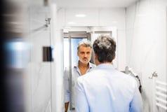 Ώριμος επιχειρηματίας σε ένα λουτρό δωματίου ξενοδοχείου Στοκ Εικόνες