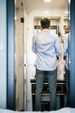 Ώριμος επιχειρηματίας σε ένα λουτρό δωματίου ξενοδοχείου Στοκ φωτογραφία με δικαίωμα ελεύθερης χρήσης