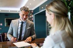 Ώριμος επιχειρηματίας στην υποδοχή ξενοδοχείων Στοκ εικόνες με δικαίωμα ελεύθερης χρήσης