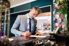 Ώριμος επιχειρηματίας στην υποδοχή ξενοδοχείων Στοκ φωτογραφίες με δικαίωμα ελεύθερης χρήσης