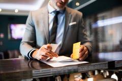 Ώριμος επιχειρηματίας στην υποδοχή ξενοδοχείων Στοκ φωτογραφία με δικαίωμα ελεύθερης χρήσης