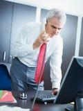 Ώριμος επιχειρηματίας στο τηλέφωνο στην αρχή Στοκ εικόνες με δικαίωμα ελεύθερης χρήσης