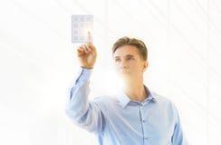 Ώριμος επιχειρηματίας σχετικά με το εικονικό αριθμητικό πληκτρολόγιο Στοκ Εικόνα