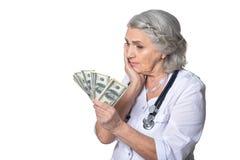 Ώριμος θηλυκός γιατρός με τα χρήματα Στοκ Εικόνα