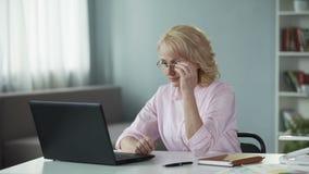 Ώριμος θηλυκός συγγραφέας που εμπνέεται εργασία στη καινούρια τηλεοπτική σειρά των βιβλίων περιπέτειας απόθεμα βίντεο