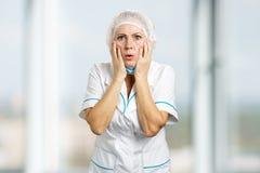 Ώριμος θηλυκός γιατρός που φαίνεται συγκλονισμένος στοκ φωτογραφίες