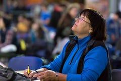 Ώριμος θηλυκός διαιτητής στους ανταγωνισμούς αναρρίχησης βράχου Στοκ Εικόνες