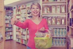 Ώριμος θηλυκός πελάτης που καταδεικνύει τα υγιή τρόφιμα Στοκ φωτογραφία με δικαίωμα ελεύθερης χρήσης