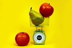 Ώριμος κόκκινος σωστός κιτρινοπράσινος διατροφής τροφίμων διατροφής ικανότητας κλιμάκων κουζινών αχλαδιών μήλων Στοκ εικόνα με δικαίωμα ελεύθερης χρήσης