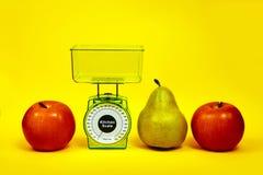 Ώριμος κόκκινος σωστός κιτρινοπράσινος διατροφής τροφίμων διατροφής ικανότητας κλιμάκων κουζινών αχλαδιών μήλων Στοκ Εικόνες