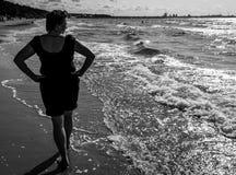 Ώριμος ξανθός απολαμβάνοντας τη θάλασσα στοκ εικόνες