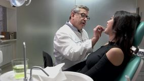 Ώριμος οδοντίατρος στην εργασία απόθεμα βίντεο