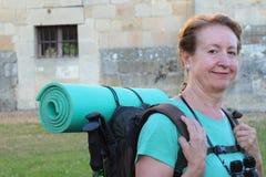 Ώριμος προσκυνητής γυναικών που στηρίζεται, τρόπος του ST James, Camino de Σαντιάγο, σε Compostela, Γαλικία, Ισπανία Στοκ φωτογραφία με δικαίωμα ελεύθερης χρήσης