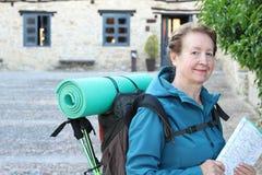 Ώριμος προσκυνητής γυναικών που στηρίζεται, τρόπος του ST James, Camino de Σαντιάγο, σε Compostela, Γαλικία, Ισπανία Στοκ Φωτογραφίες