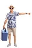 Ώριμος τουρίστας με ένα δροσίζοντας κιβώτιο που δείχνει δεξιά στοκ φωτογραφία με δικαίωμα ελεύθερης χρήσης