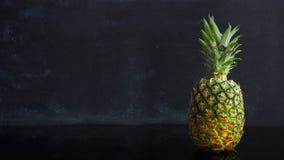 Ώριμος τροπικός ανανάς φρούτων κινήσεων στάσεων σε ένα μαύρο υπόβαθρο Μήκος σε πόδηα βρόχων τροφίμων χρονικού σφάλματος απόθεμα βίντεο
