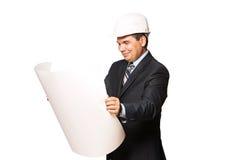 Ώριμος χαμογελώντας αρχιτέκτονας που κρατά ένα σχέδιο οικοδόμησης, στοκ φωτογραφία με δικαίωμα ελεύθερης χρήσης