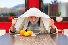 Ώριμο άτομο με τα κρύα και τη γρίπη Εισπνοή των χορταριών στοκ εικόνα