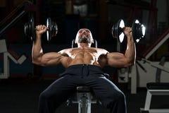 Ώριμο άτομο που κάνει τον Τύπο Workout πάγκων κλίσεων αλτήρων Στοκ Φωτογραφία
