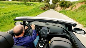 Ώριμο άτομο που οδηγεί το μετατρέψιμο αθλητικό αυτοκίνητο απόθεμα βίντεο