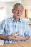 Ώριμο άτομο που πάσχει από τον πόνο στομαχιών στο σπίτι Στοκ εικόνες με δικαίωμα ελεύθερης χρήσης