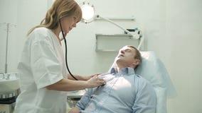 Ώριμο άτομο στη ιατρική εξέταση φιλμ μικρού μήκους