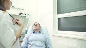 Ώριμο άτομο στις διαβουλεύσεις με το γιατρό απόθεμα βίντεο