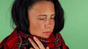 Ώριμο αίσθημα βηξίματος γυναικών άρρωστος και κουρασμένος απόθεμα βίντεο