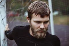 Ώριμο αρσενικό τέντωμα αθλητών υπαίθριο Στοκ Φωτογραφία