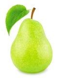 Ώριμο αχλάδι το πράσινο φύλλο που απομονώνεται με Στοκ Φωτογραφίες