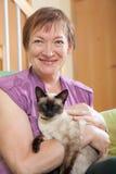 Ώριμο γατάκι γυναικείας εκμετάλλευσης στοκ φωτογραφία με δικαίωμα ελεύθερης χρήσης