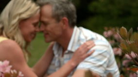 Ώριμο ευτυχές ζεύγος που έχει το ειδύλλιο απόθεμα βίντεο