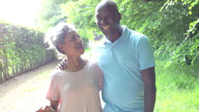 Ώριμο ζεύγος αφροαμερικάνων που περπατά στην επαρχία φιλμ μικρού μήκους