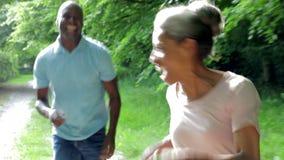 Ώριμο ζεύγος αφροαμερικάνων που τρέχει κατά μήκος της πορείας χώρας φιλμ μικρού μήκους